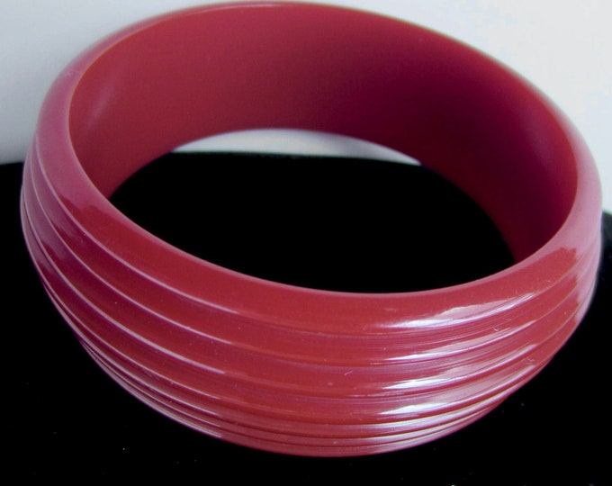 BAKELiTE tested Ruby Red/cranberry Grooved/ribbed Bangle Bracelet ~34 gm vintage costume jewelry beauty