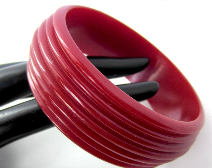 BAKELiTE tested Ruby Red/cranberry Grooved Bangle Bracelet ~pretty, vintage costume jewelry
