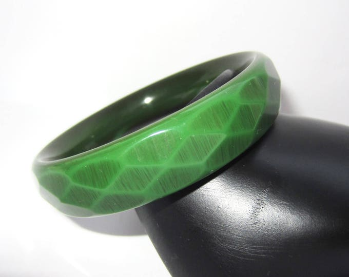 "Rare BAKELiTE tested ""SNAKE SKiN"" Carved GREEN & Black over-dye bangle bracelet ~33 gms of vintage costume jewelry"