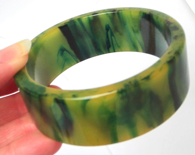 "BAKELiTE tested ""INKY"" End-of-the-Day green, custard Bangle Bracelet & pierced Earrings ~50 gms of wonderful, vintage costume jewelry."