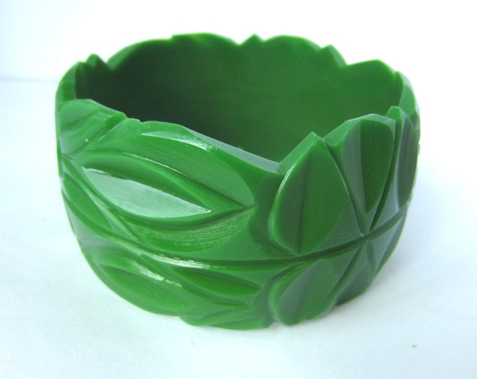 FUN, Green grass color carved vintage plastic bangle.