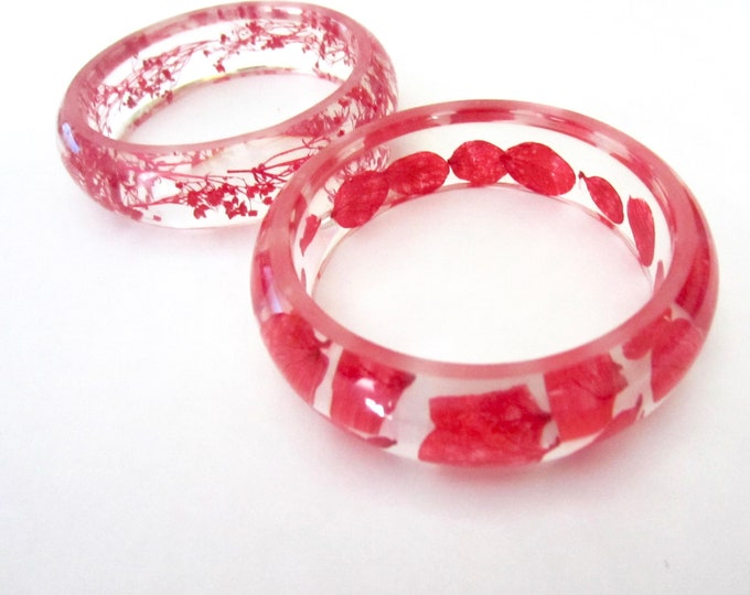 Pair of clear LUCITE bangles with embedded red flowers ~pretty, romantic costume jewelry