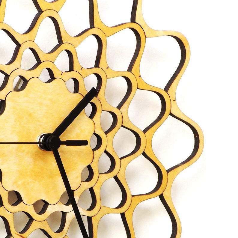 Horloge murale en bois avec cadran géométrique - Broderie naturel 29cm