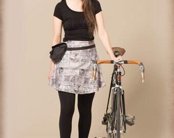 Jupe Papier Journal noire et blanche. Motif collage de publicité de vélo vintage.
