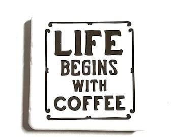 """Tuile aimant de 2 """"x 2"""", lettres de vinyle, carreaux de céramique, aimants en néodyme, aimant de réfrigérateur, la vie commence avec café, amateur de café, énonciations amusantes"""