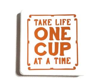"""Tuile aimant de 2 """"x 2"""", lettres de vinyle, carreaux de céramique, aimants en néodyme, aimant frigo, prenez la vie un jour à un dictons amusant temps, amateur de café,"""