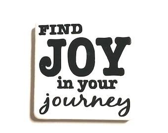 """Tuile aimant de 2 """"x 2"""", lettres de vinyle, carreaux de céramique, aimants en néodyme, aimant de réfrigérateur, trouver la joie dans votre aventure, énonciations source d'inspiration, amusantes"""
