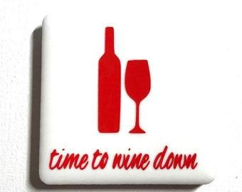 """Tuile aimant de 2 """"x 2"""", lettres de vinyle, carreaux de céramique, aimants en néodyme, aimant de réfrigérateur, le temps de la vin vers le bas, amateur de vin, énonciations amusantes"""
