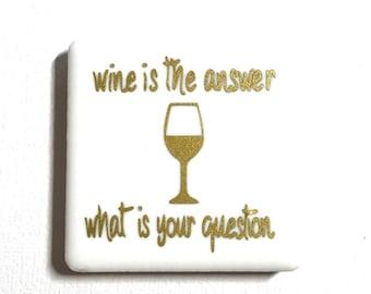 """2 """"x 2"""" tuile aimant, vinyle lettres, carreaux de céramique, aimants en néodyme, aimant de réfrigérateur, vin est la réponse quelle était la Question, amateur de vin"""