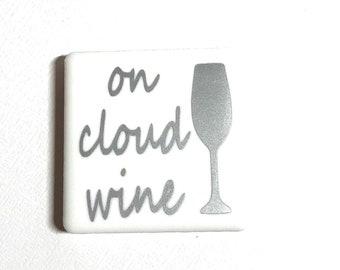 """Tuile aimant de 2 """"x 2"""", lettres de vinyle, carreaux de céramique, aimants en néodyme, aimant de réfrigérateur, sur le nuage vin, vin amant, énonciations amusantes"""
