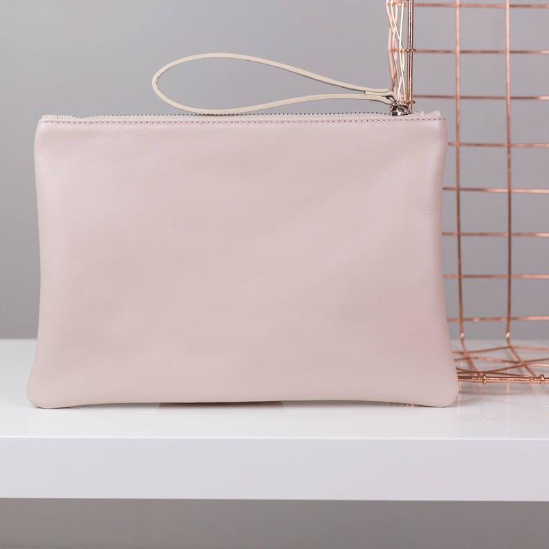 7549567115 Embrague de cuero rosa con revestimiento de satén de plata