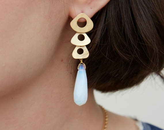 Gold drop earrings for woman with white crystal, geometric and elegant earrings