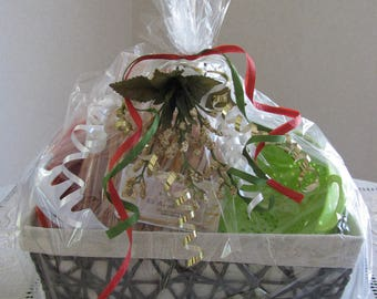 HOLIDAY GIFT BASKET  ~ Last One! Pasta, Ceramic Bowl, Colander, Pasta Server & Bread Basket!