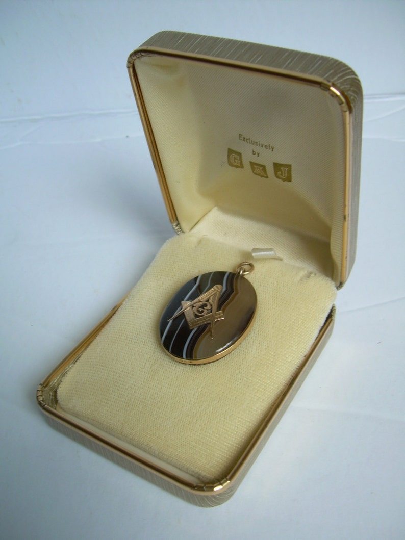beautifully polished natural Banded Agate Quartz large  PENDANT is  1.5 x 1.25 inches oval MASONIC 10K Gold vintage Exceptional specimen.