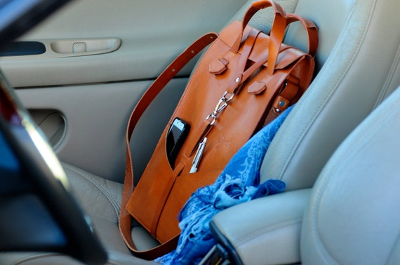 Leather handbag for laptop and removable shoulder strap, with front pockets. Design by Ludena.