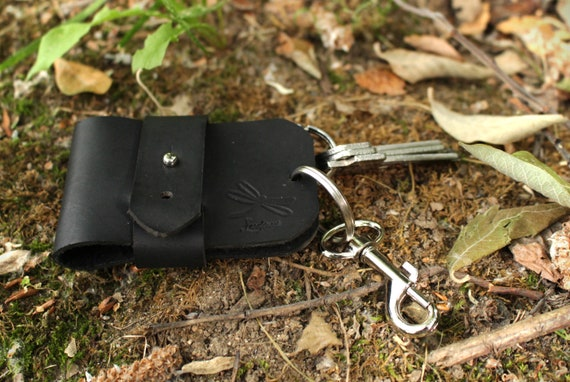 Beautifull black leather keychain, handmade, original leather key case, ideal for gifts. Minimalist style, designed by ludena.