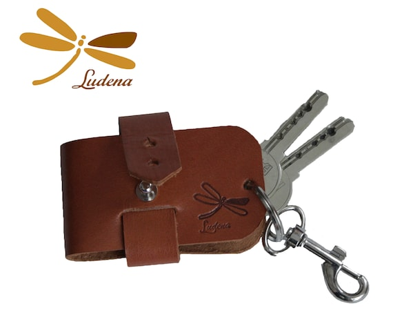 Natural leather keychain, this is handmade whit premium leather, original key case, ideal for gifts. Minimal style, adjustable keychain