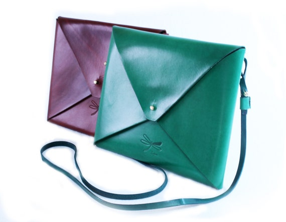 Green leather bag, with rembable strap and gold button. Simple and minimalist. This bag is lightweight  to wear for every day.