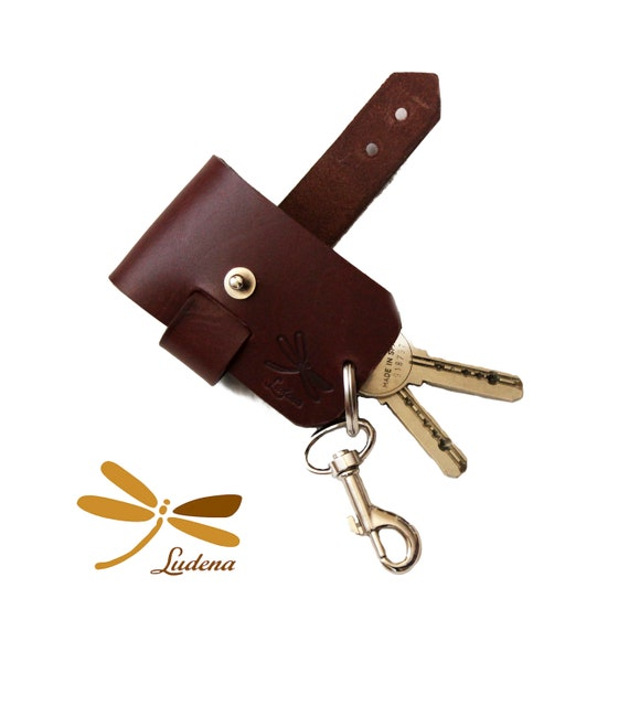 Brown leather keychain, this is handmade whit premium leather, original key case, ideal for gifts. Minimal style, adjustable keychain