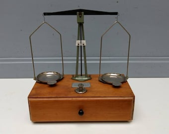 TESTUT, type 318 specialist / precision scales / apothecary scale / chemist scales / precious metal weighing scales with draw, circa 1900s.