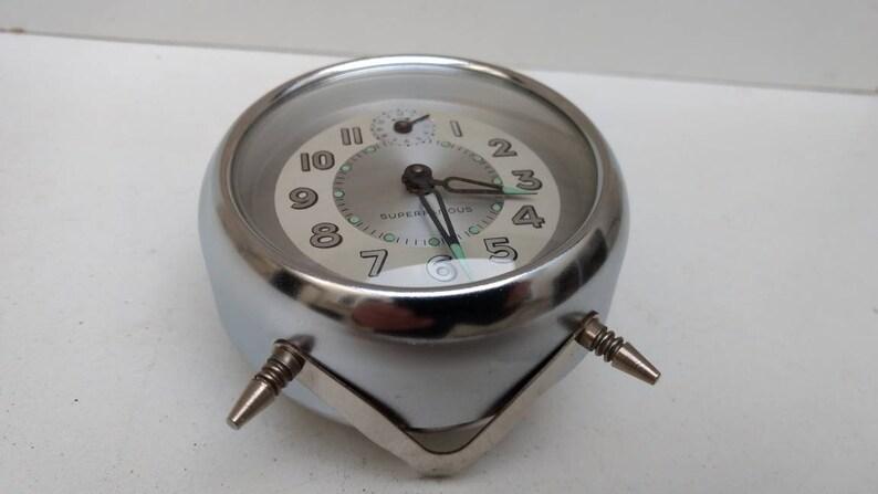 Rétro Français réveil mécanique Super Famous vintage avec finition en acier, vers 1960.