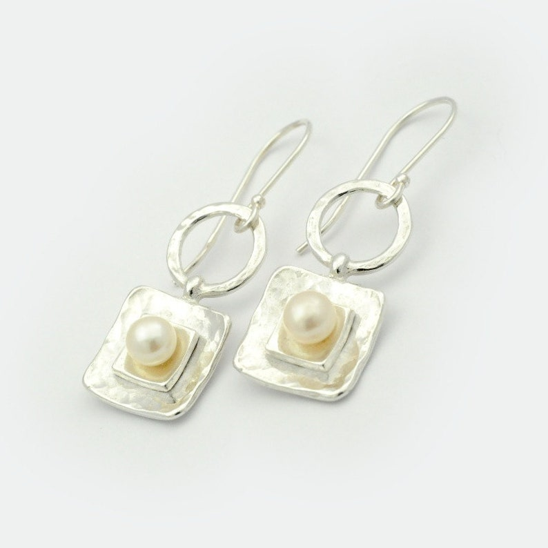 Hammered pearl Earrings Silver pearl Earring Circles and Squares Pearl Earrings Geometric Pearl Earrings Square Pearl Earrings