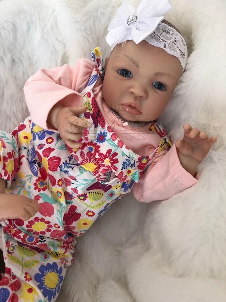 13abd93431597 Bébé Reborn fille Shyann 20 cheveux peint bébé éveillé