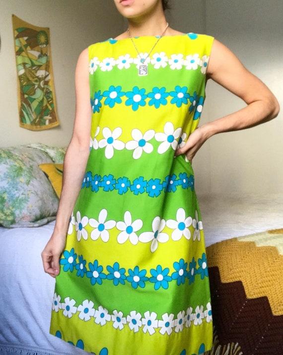 Vintage 1960s - 1970s Lime Green Mod Floral Sleeve