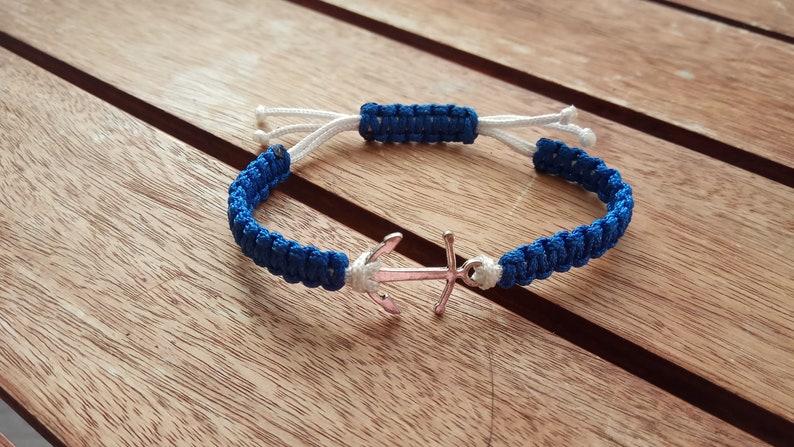80abfd4aada7 Pulsera macrame nudo plano azul y blanca con ancla marinera en