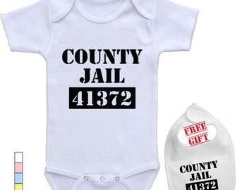 f4c7b956f14432 COUNTY gevangenis, gepersonaliseerde Cute Onesie cadeau Baby aangepaste  Romper en Bib ingesteld door kleding USA™ z-046
