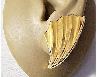 Monet Crimped Fan Clip On Earrings Gold Tone Vintage Large Swirl Graduated Scalloped Edge Discs Comfort Paddles