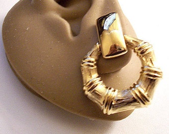 Monet Bamboo Hoops Clip On Earrings Gold Tone Vintage Large Graduated Ring Square Top Connector Bar Comfort Paddles