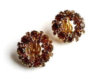 Vintage Weiss Topaz Wreath Clip Earrings Rhinestone Orange Brown Amber Circle Glitz Glamour Gold Tone Unsigned Autumn Fall