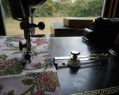 Vintage Singer Featherweight Adjustable Cloth Seam Guide with Screw Machine Attachment 161172 99 66 15-90 221 201 301 401 500 600 700 750
