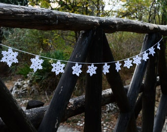 Snowflakes garland #2, 1.6 m Crocheted Cotton Christmas Garland of 12 White Snowflakes, Christmas wall decor, Christmas Home decorations