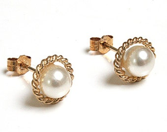 Solid 9ct Gold Pearl Stud earrings with Gift Box S465