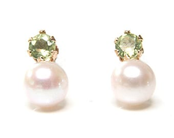Solid 9ct Gold Cultured Pearl and Peridot Stud earrings S520