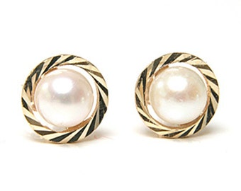 Solid 9ct Gold Cultured Pearl stud earrings S512