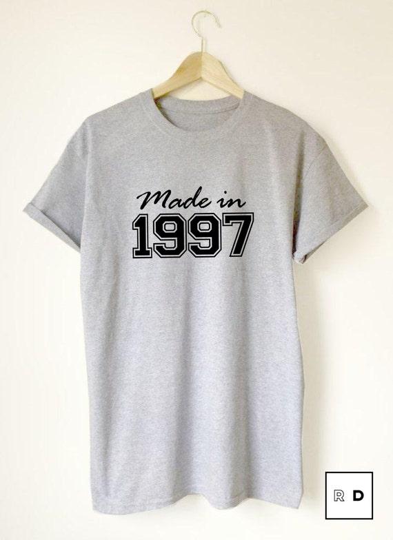 18e anniversaire / / Made In 1997 / / / unisexe T-Shirt / / / blanc noir gris / / cadeau personnaliser jalon anniversaire / / Slogan S M L XL 85c90a