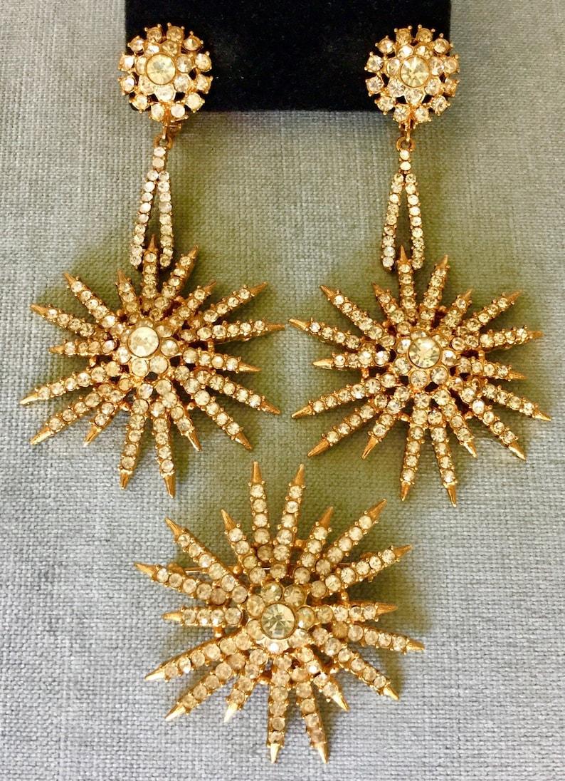 Sparkling DIAMANT\u00c9 STARBURST SET Drop Dangle Earrings /& Brooch Pin Pave Crystal Rhinestone Gold Metal Vintage Couture Runway Statement Ice