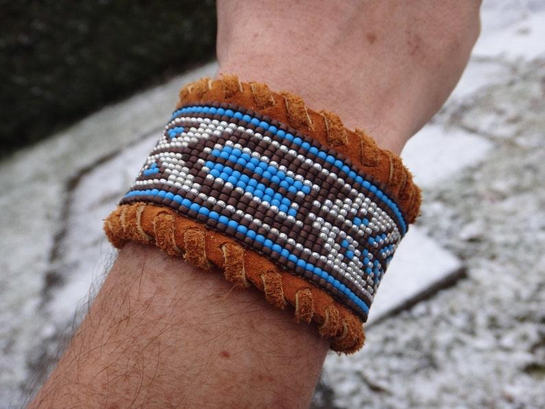 4119983191ad Hombre nativo americano de la pulsera. Indio americano. Cuero de venado,  jardín de rocalla. Telar de patrones tradicionales de pulsera. Botón de ...