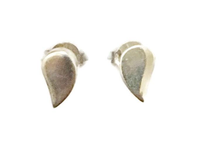 Brand New Anti-tarnish Silver Earrings small studs tear drop shape ( 4 . 5 mm )