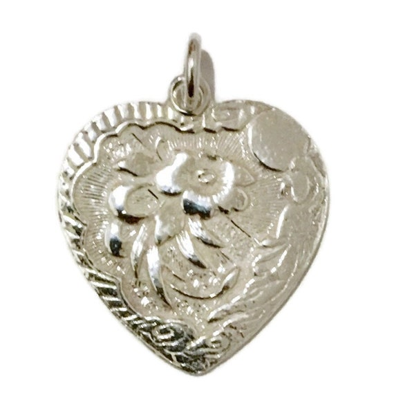 Brand New Anti-tarnish Silver Pendant heart shape with pretty Flower and Fortune ( 23 . 2 mm )