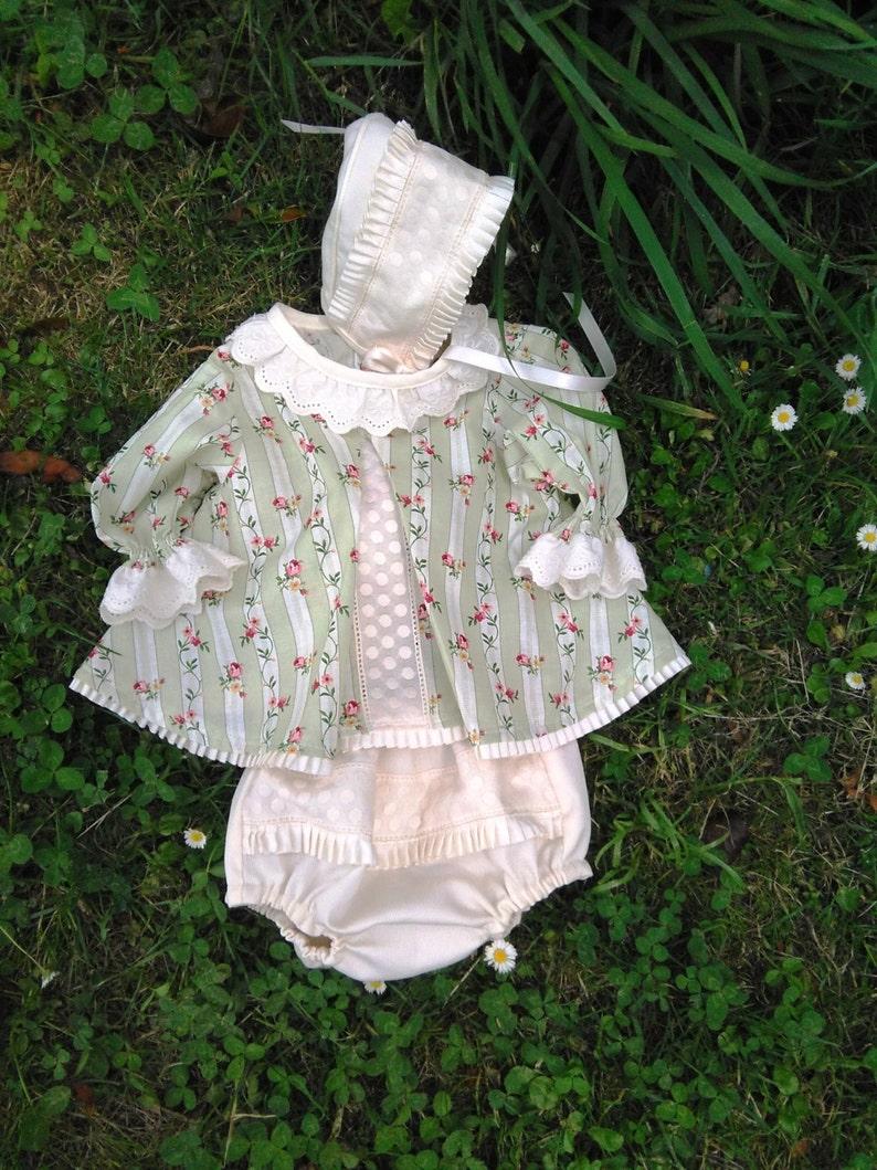 77c5f2f16 Conjunto bebé blusa ranita capota marfil verde claro flores