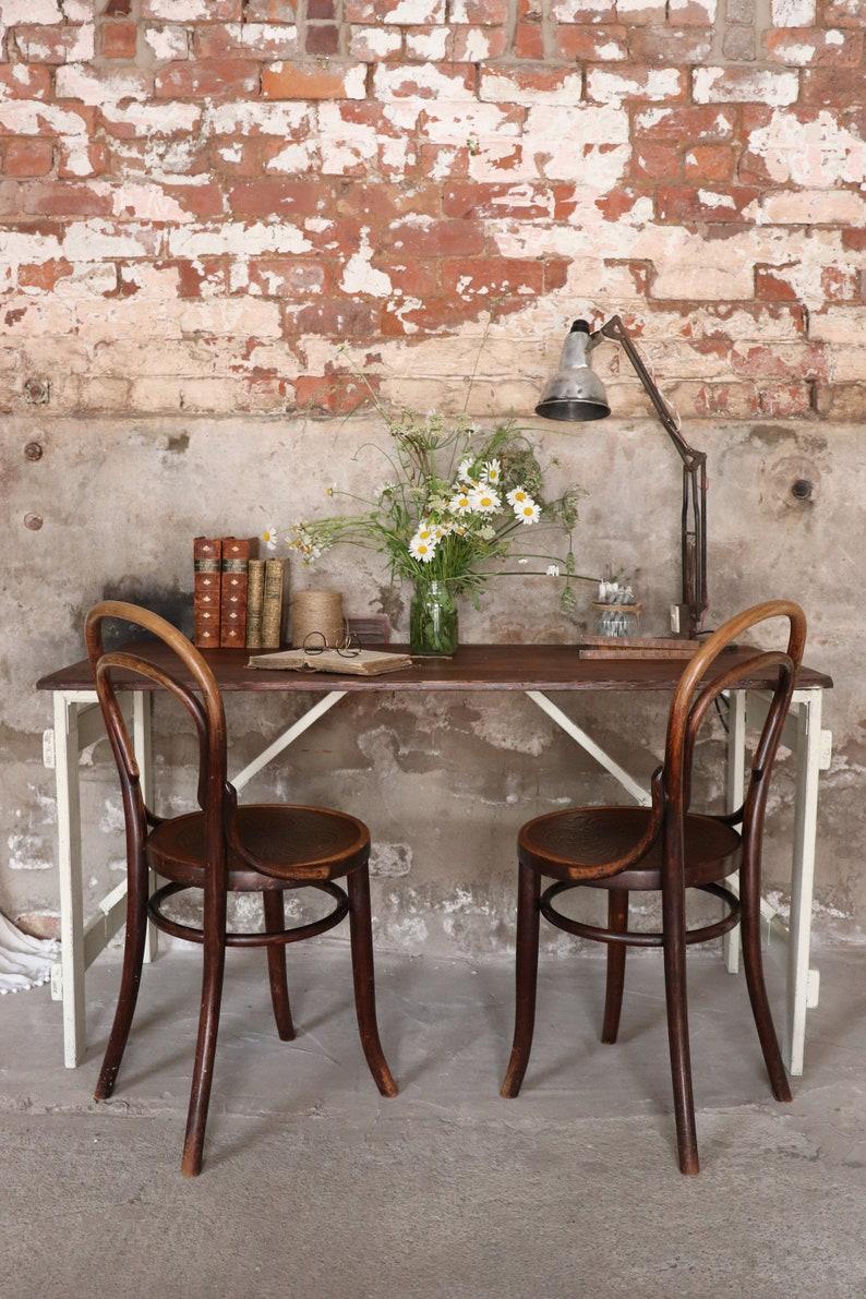 Table Compacte De Tréteau De Pin Pliant De Cru Avec Des Jambes Peintes De Lin