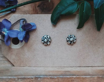 Tiny flowers stud earrings in silver