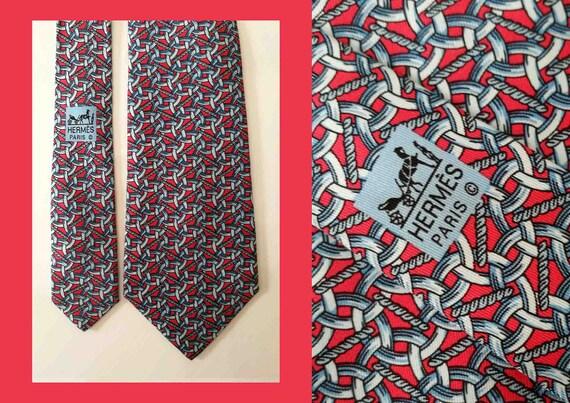 carino economico scarpe casual doppio coupon Cravatta Hermes Paris. Cravatta vintage Hermès. Disegno n 399 EA. Pura  seta. Hermès uomo. Motivo decò con catene su fondo rosso corallo.