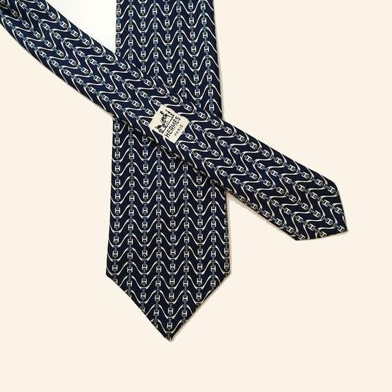 colori e suggestivi super economico calzature Cravatta Hermes Paris. Cravatta in seta vintage Hermès. Disegno n 747  FA.Motivo con onde e iniziale H su fondo blu.Hermès uomo. Hermes rara.