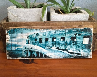 Wooden sign - Plane wreck on Iceland - Upcycling wine box board wood print