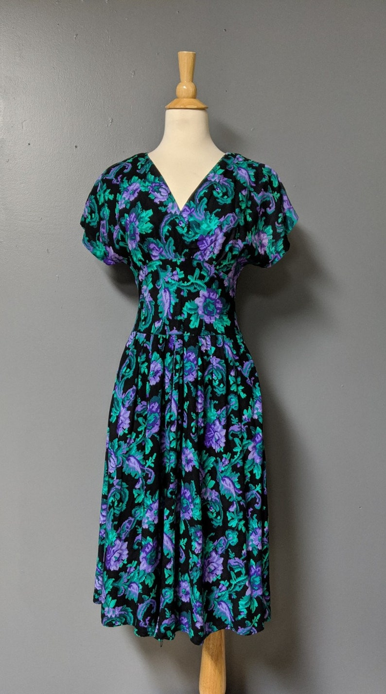 80/'s Petite Jazz Tropical Print DressShort Sleeve Dress with Button Up Back